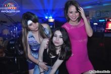 Bellas jovencitas en la divertida fiesta en Sky Juice