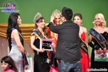 Marcos Paulo otorgando la Corona de Miss Mamá Latina