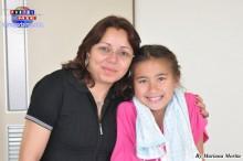 Profesora de portugués Janet Borges acompañada de su alumna