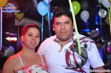 Asistentes disfrutando de la divertida fiesta en Tropicana