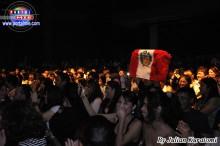 La bandera peruana entre el público