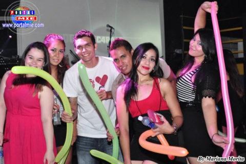 2013.08.10 young Grupo de amigos disfrutando de la Juerga de Verano