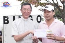 Padre Ángel Yamanouchi acompañado de José Monteverde Laos, ganador de un pasaje ida y vuelta a Perú.