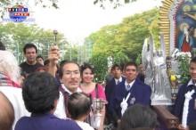 El párroco Hirata bendiciendo a los fieles.