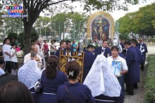 Fieles acuden a la procesión en Komaki