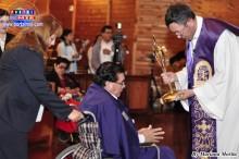 Padre Ángel Yamanouchi bendiciendo a los enfermos
