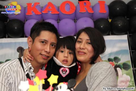 Kaori junto a sus padres
