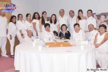 La organizadora Elizabeth Takahashi acompañada de su familia y amigos.