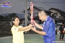 Yoshie Nakaya entregando la Copa al capitán Luis Ciriaco, del equipo Los amigos de André