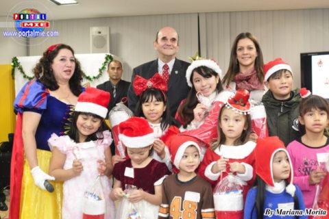 El Cónsul entregó regalos a los niños que portaban prendas navideñas