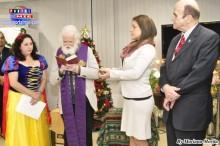 El padre Antonio Fradera bendice al niño Jesús del pesebre del Consulado