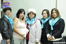 La directiva de la Asociación Solidaridad Latina de Toyohashi entrega 479475 yenes a Martha Esteves.