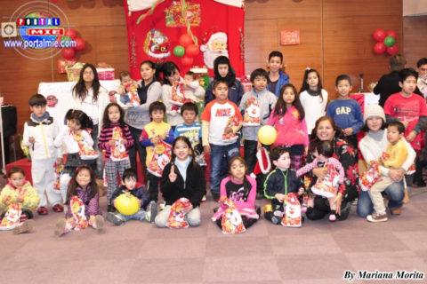 Niños felices presentes en la Fiesta Navideña