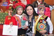 Niños recibiendo premios por sus dibujos