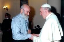 P. Luciano Ciciarelli habla al sonriente Papa Francisco sobre su apostolado de difundir la Espiritualidad Monfortiana