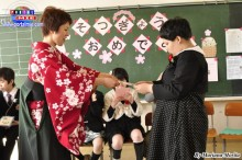 Abril recibiendo premios por su profesora.