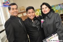 Jarden muy feliz al lado de sus padres Lino dos Santos y Erika Miura.