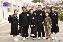 Adolescentes felices con su nueva escuela secundaria.