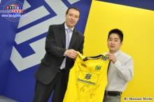 El brasileño Hiroshi recibe la Camiseta por el gerente Claudenir da Silva Oliveira.