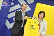 El gerente Claudenir da Silva Oliveira entrega la Camiseta a la japonesa Mariya Chisaka.