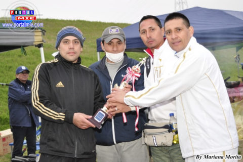 Hugo Fernandez entregando la Copa al equipo Campeón, Los Cachorros