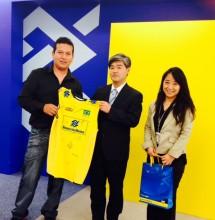Marcelo Minohara entrega la Camiseta al peruano  Edwin Ramirez Colan.