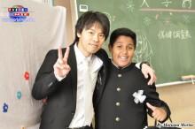 Recibiendo una cálida bienvenida por su profesor.