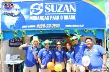 Staffs de Suzan Mudanças con la bandera de Brasil en el rostro.