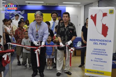 El Gerente Administrativo Paulo Nagano y el profesor César Paredes inaugurando la exposición.