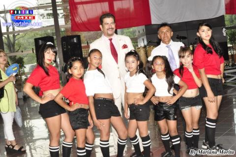 Grupo de baile Irino Girl acompañados del Vice Cónsul y organizador