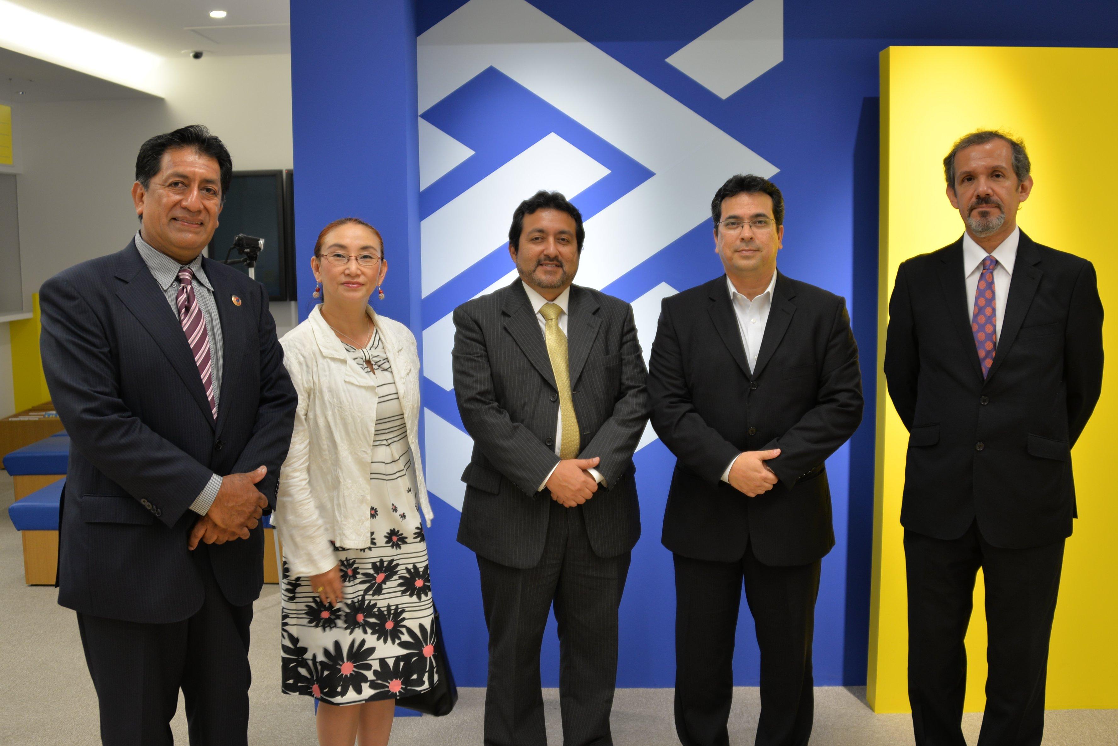 A partir da esq. David Quincho, Asako Takabayashi, Jorge Jallo Sandoval (cônsul-geral do Peru), Ricardo Goya (gerente-geral da agência BB Tóquio) e Marco Santivañez (chefe da chancelaria da Embaixada do Peru)