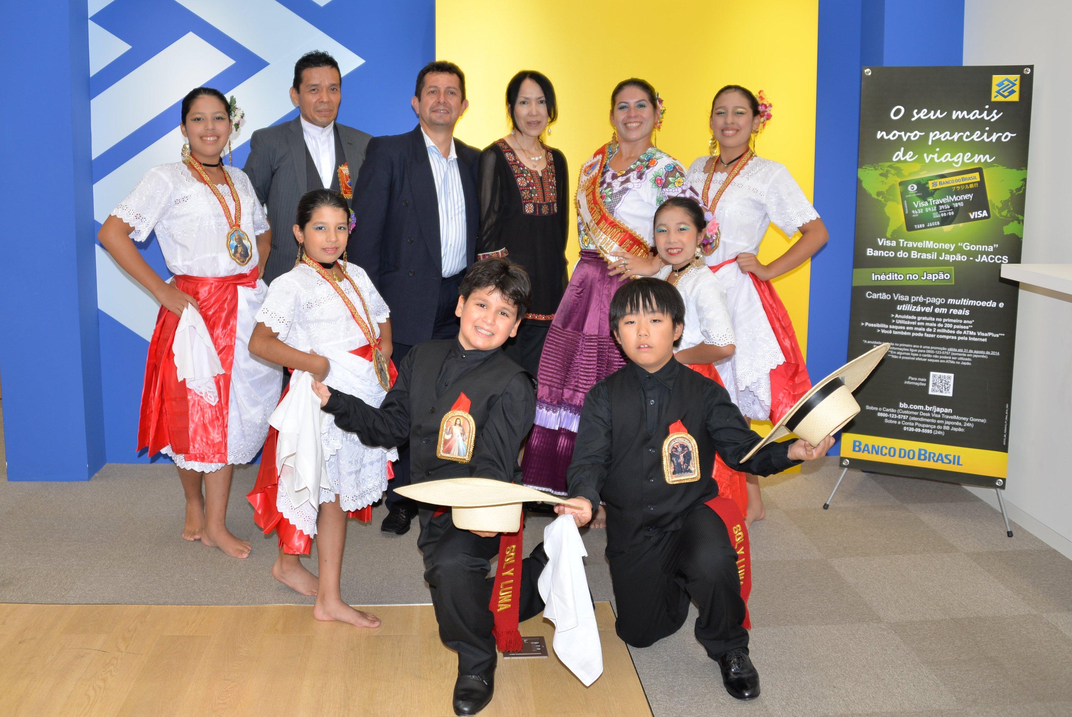 Cesar Paredes e esposa (no centro, ao fundo), com membros do grupo de dança da escola Sol y Luna, que fez uma apresentação de Marinera Norteña, dança típica do Peru.