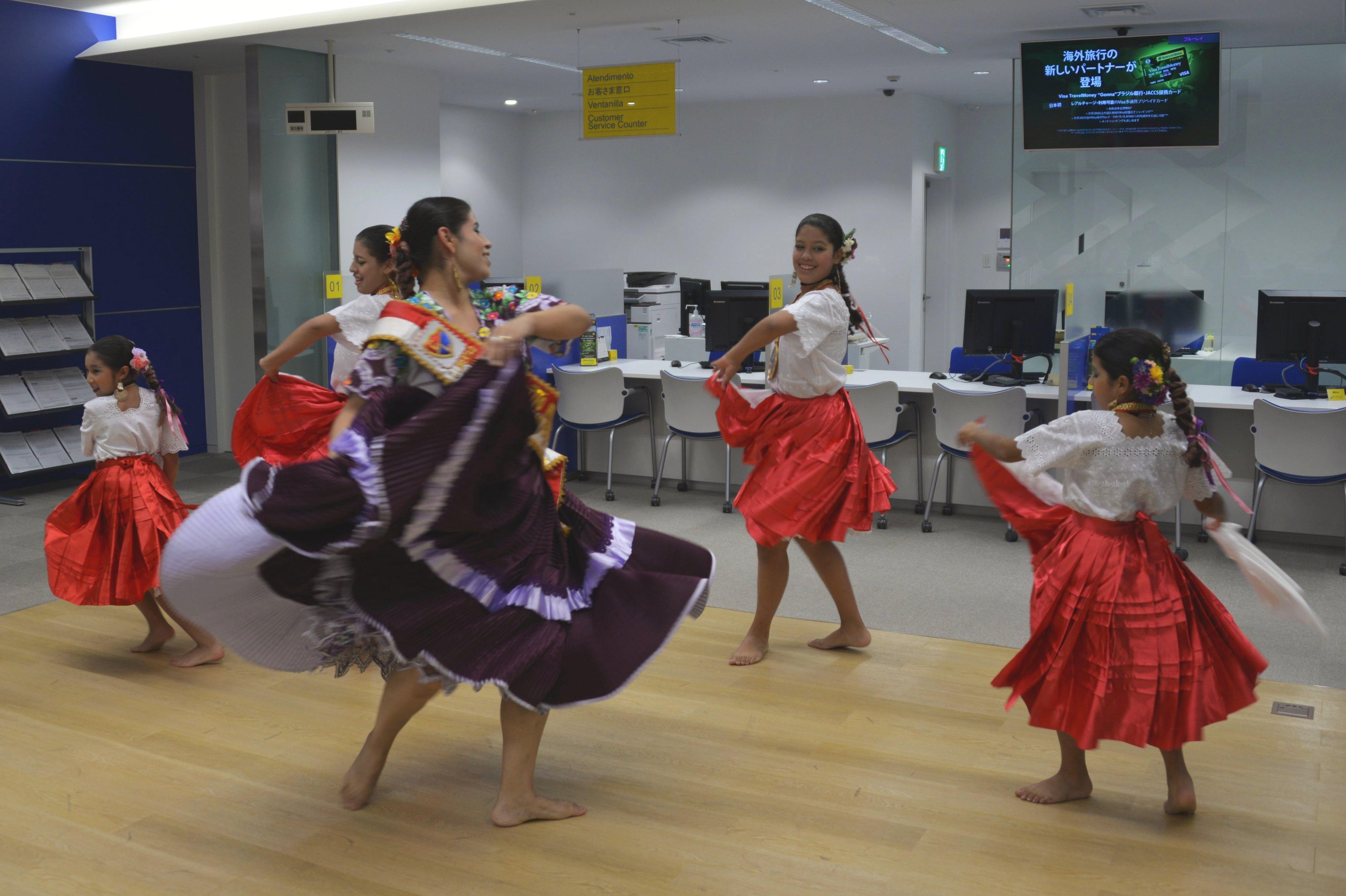 """Los miembros del grupo de baile de la escuela """"Sol y Luna"""", que hizo una presentación de Marinera Norteña, danza típica de Perú."""