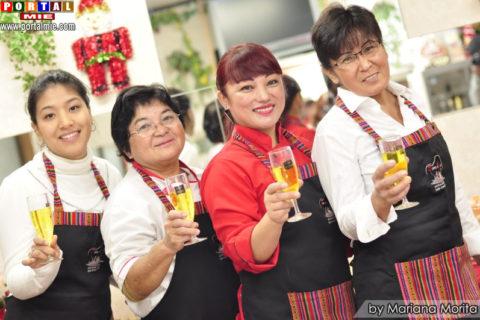 Staff de Emilys Restaurant brindando por su aniversario!