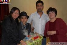 Profesora de Español y Líder de Pecla Esperanza Hirano entregando las canastas
