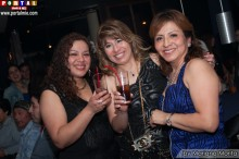 Bellas damas radiantes de felicidad en Night Cafe