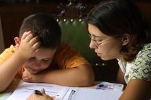 Una madre ayuda a su hijo a concentrarse
