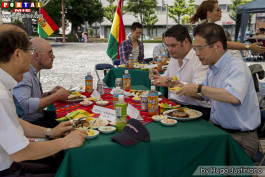 Autoridades disfrutando de la gastronomía boliviana
