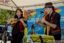 Grupo interpretando la música folklórica de Bolivia