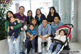 Familiares con niños acuden a las votaciones