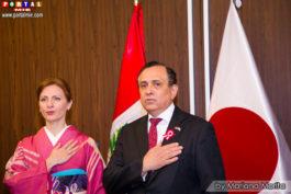 Embajador Elard Escala y su esposa Cristina entonando el Himno Nacional
