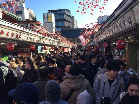 La super movimentada Nakamise, donde hay diversas tiendas tradicionales y típicas