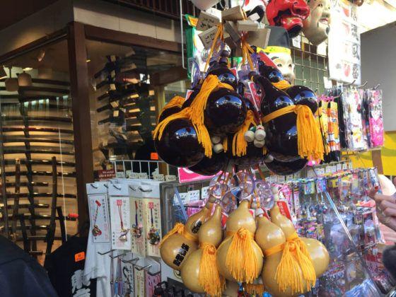 Objetos vendidos en una tienda de Nakamise