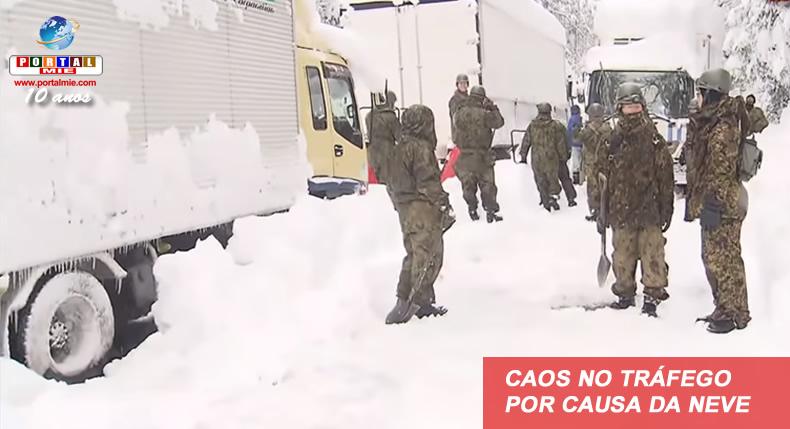 &nbspCentenares de vehículos continúan presos en la nieve en Fukui